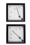 Instrumentos análogos amperímetro y voltímetro aislados en blanco imágenes de archivo libres de regalías