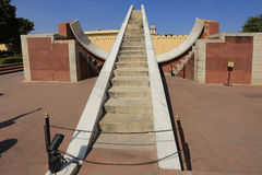 Instrumentos astronómicos en el observatorio de Jantar Mantar, Jaipur Foto de archivo libre de regalías