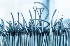 Instrumentos cirúrgicos após o lavagem Fotografia de Stock Royalty Free