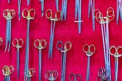 Instrumentos cirúrgicos e ferramentas na vitrina imagens de stock royalty free