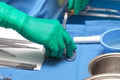 Instrumentos cirúrgicos na sala de operações. fotos de stock