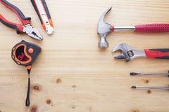 Instrumentos da diferença em uma tabela de madeira Imagens de Stock