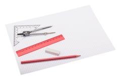 Instrumentos de desenho que encontram-se no papel esquadrado foto de stock