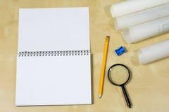 Instrumentos de dibujo y un cuaderno en la tabla de trabajo Accessorie Foto de archivo