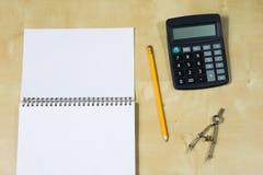 Instrumentos de dibujo y un cuaderno en la tabla de trabajo Accessorie Fotografía de archivo libre de regalías