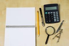Instrumentos de dibujo y un cuaderno en la tabla de trabajo Accessorie Imagenes de archivo