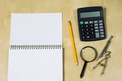 Instrumentos de dibujo y un cuaderno en la tabla de trabajo Accessorie Fotos de archivo libres de regalías