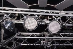 Instrumentos de la iluminación del LED sobre una escena. Imágenes de archivo libres de regalías