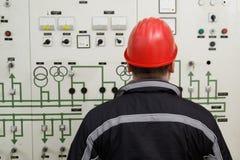 Instrumentos de la lectura del técnico en centro de control de la central eléctrica fotografía de archivo libre de regalías
