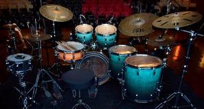 Instrumentos de música bonitos arranjados para um concerto imagem de stock royalty free