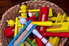 Instrumentos de música coloridos fuera de la madera en Portugal foto de archivo
