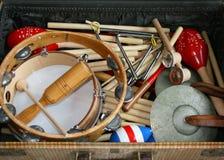 Instrumentos de música da escola em uma mala de viagem velha imagens de stock