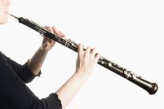 Instrumentos de música - manos del oboe fotos de archivo