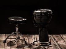 Instrumentos de percussão musicais no fundo preto imagens de stock royalty free