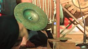 Instrumentos de percussão tradicionais que estão sendo jogados como parte de um desempenho cultural em Tailândia do norte video estoque