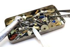 Instrumentos dentais ajustados: cortadores, agulhas, brocas, escalpelo, fórceps em uma caixa do metal isolada imagens de stock royalty free