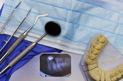 Instrumentos dentais e raio de x fotos de stock