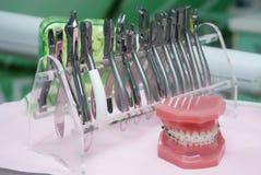 Instrumentos dentais na tabela Fotos de Stock Royalty Free
