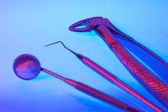 Instrumentos dentales con el diente Foto de archivo libre de regalías