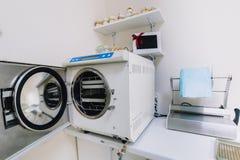 Instrumentos do dentista, armário, mobiliário imagens de stock