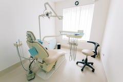 Instrumentos do dentista, armário, mobiliário imagem de stock royalty free