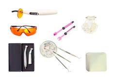 Instrumentos do dentista no fundo branco Com trajeto de grampeamento imagens de stock