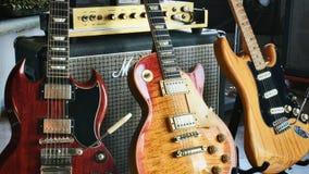 Instrumentos e amplificadores legendários do rock and roll do ` da história da rocha do ` imagem de stock royalty free