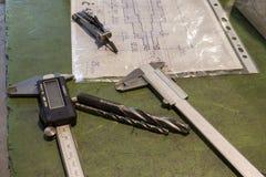 Instrumentos e brocas de medição fotos de stock