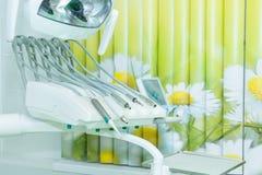 Instrumentos e ferramentas dentais diferentes em um escritório dos dentistas O escritório branco moderno de um dentista Foto de Stock