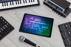 Instrumentos e tabuleta de música eletrônica com conceito dos relatórios imagem de stock