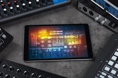 Instrumentos e tabuleta de música eletrônica com conceito dos relatórios imagem de stock royalty free
