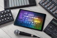 Instrumentos e tabuleta de música eletrônica com conceito dos relatórios fotos de stock