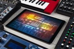 Instrumentos e tabuleta de música eletrônica com conceito dos relatórios fotografia de stock royalty free