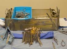 Instrumentos estéreis e bandeja do metal na sala de operações Foto de Stock
