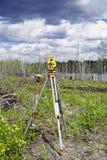 Instrumentos geodésicos eletrônicos no campo Fotos de Stock Royalty Free