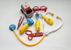 Instrumentos médicos do brinquedo - fundo interessante sobre a saúde Fotos de Stock Royalty Free
