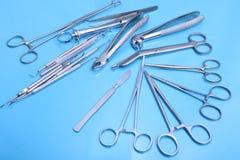 Instrumentos médicos e da cirurgia isolados no fundo do espelho Fotografia de Stock