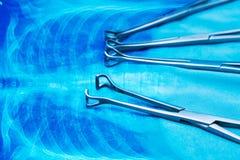 Instrumentos médicos no fundo da anatomia foto de stock