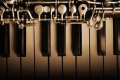 Instrumentos musicais do oboé e do piano imagem de stock royalty free