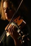Instrumentos musicais que jogam o close up do violino imagem de stock