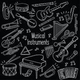Instrumentos musicales del garabato en pizarra libre illustration
