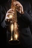 Instrumentos musicales del soprano del jugador de saxofón Foto de archivo