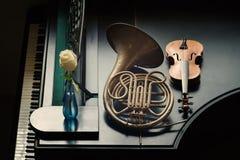 Instrumentos musicales en el piano imagen de archivo libre de regalías