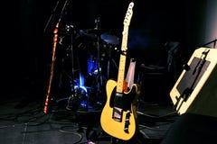 Instrumentos musicales en una etapa Imagen de archivo libre de regalías