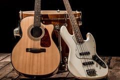 instrumentos musicales, guitarra acústica del barril del bombo y guitarra baja en un fondo negro Imagen de archivo