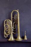 Instrumentos musicales y alarma de cobre amarillo Imágenes de archivo libres de regalías