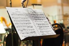 Instrumentos musicales y partitura Imágenes de archivo libres de regalías