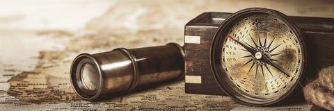 Instrumentos náuticos del viaje del vintage en fondo del mapa fotografía de archivo libre de regalías