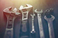 Instrumentos na tabela tonificada imagens de stock