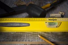 Instrumentos para instalar el piso laminado imágenes de archivo libres de regalías